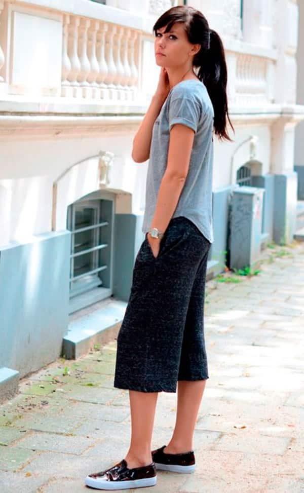 street-style-look-bermuda-midi-tenis-slip-on-camiseta-azul