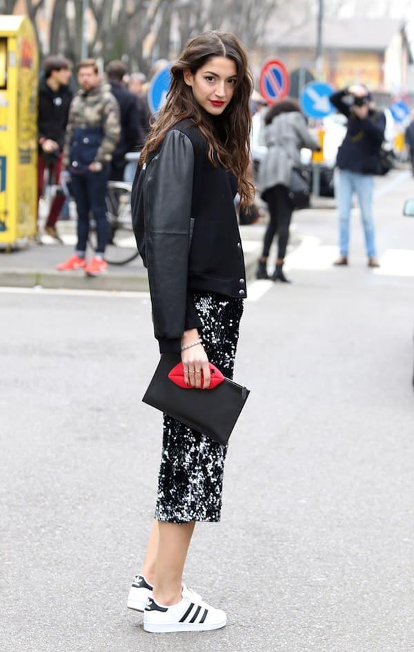 street-style-look-jaqueta-bomber-preta-saia-midi-tenis-adidas-branco-clutch