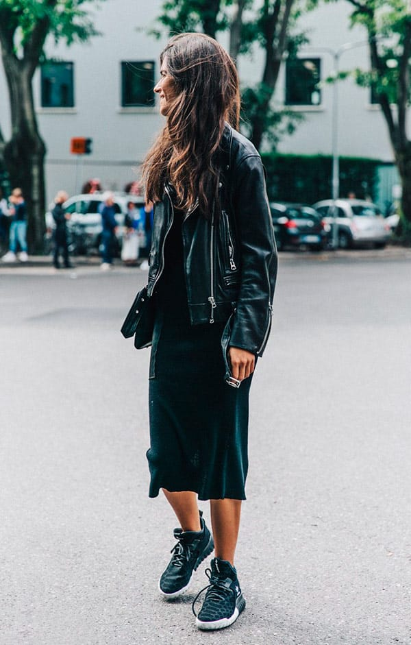 street-style-look-jaqueta-couro-preta-vestido-midi-tenis-preto